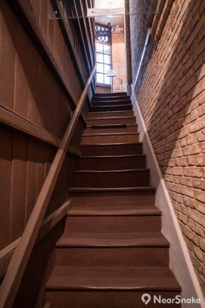 唐樓的舊木樓梯仍被完整保留,遊人不使用動漫基地內的新式樓梯或升降機,同樣可由此處直達各層。