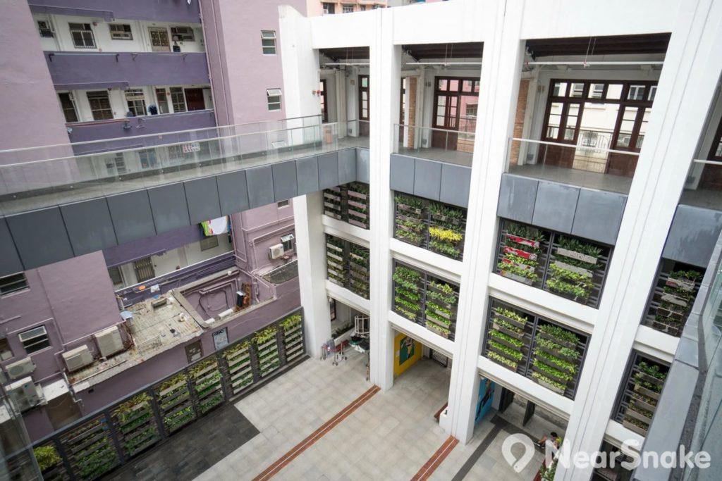 動漫基地中庭可說是新舊建築設計交替的見證。