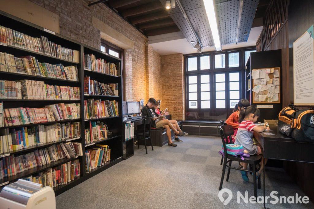 動漫基地內的漫畫圖書館佔地不大,卻是最值得駐足多看的地方。