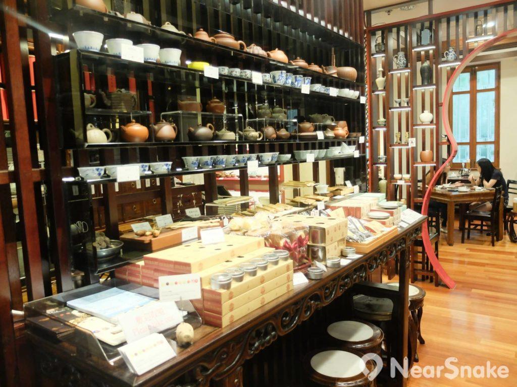 羅桂祥茶藝館內的樂茶軒有各種名茶和傳統茶藝工具,並時常舉辦不同的茶藝示範和茶聚。