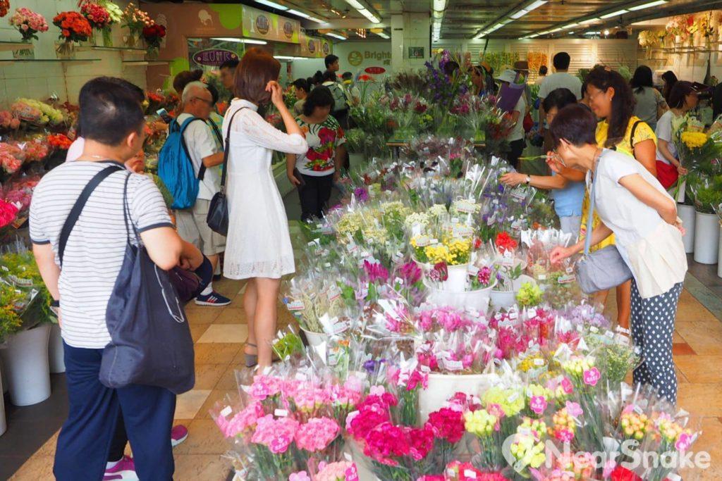 旺角花墟: 不少店舖會把鮮花包紮成一束束,擺放在膠桶內,供客人隨意挑選。