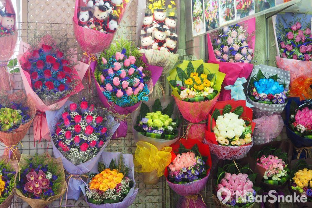 旺角花墟: 部分花店又會把花束懸掛在鐵架上,任君選擇。