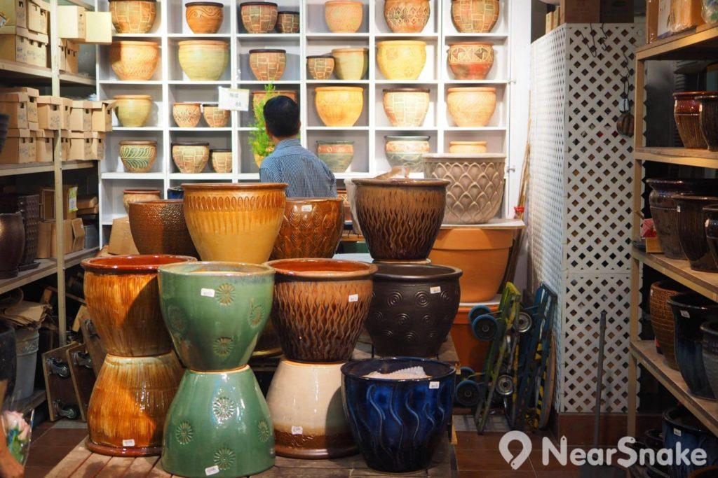 花墟商店販賣的種植盆主要由瓦或陶瓷材質製造,並有不同尺寸和款式可供選購。