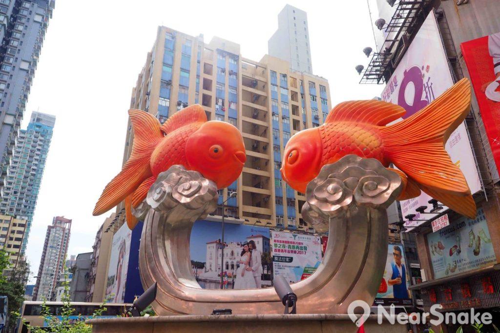 金魚街行過兩個街口,擺設了一座金魚雕塑,乃該處地標。