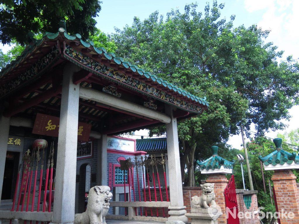 九龍城侯王廟: 進入侯王廟前,需要先經過一座亭子,再帶領信眾步入主殿,是頗具特色的建築風格。