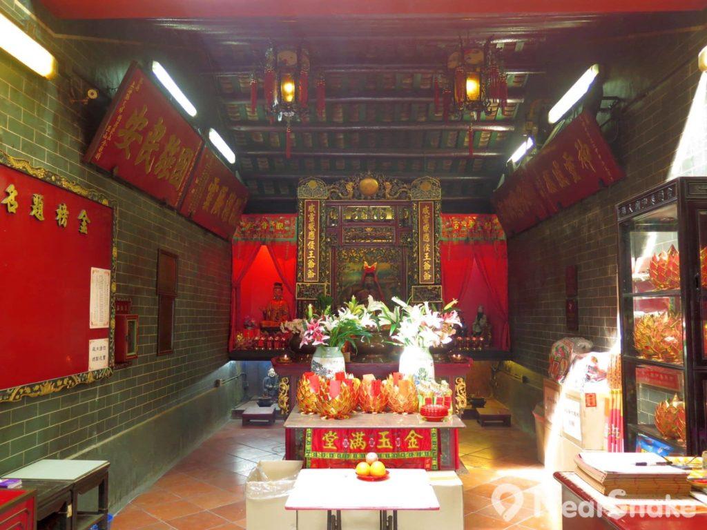 九龍城侯王廟: 供奉侯王的主殿不乏信眾,採訪當日得待上一會兒才能拍到無人的照片。