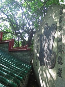 九龍城侯王廟: 雖名「後山」並非真的要「登山」,只有數級樓梯,能看到光緒年間至今的「一筆鶴」石刻。
