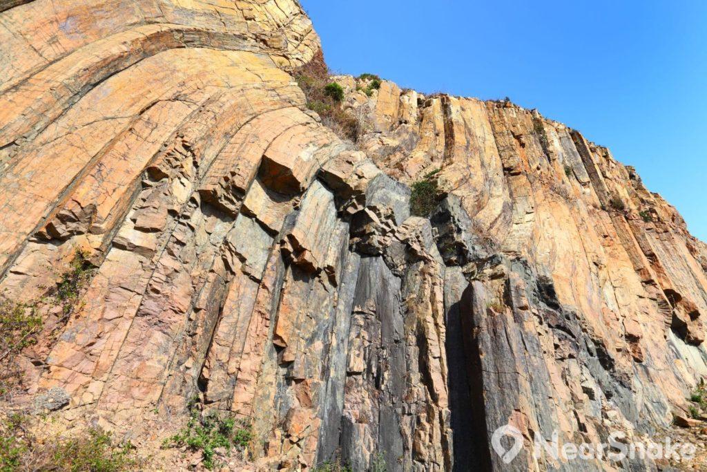 六角形柱岩壁沒有大型欄杆包圍著,可讓遊人近距離觀賞。