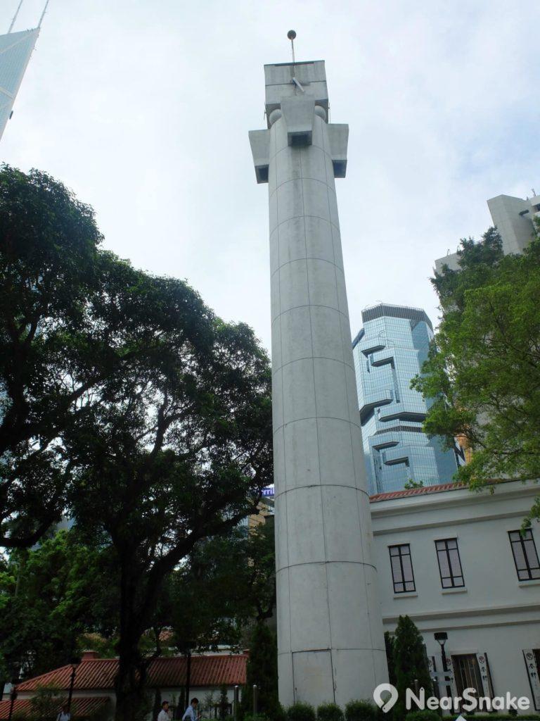 該沒太多人留意這座石塔是個鐘樓,頂上設石鐘,但它可是為紀念香港公園揭幕而建立的。