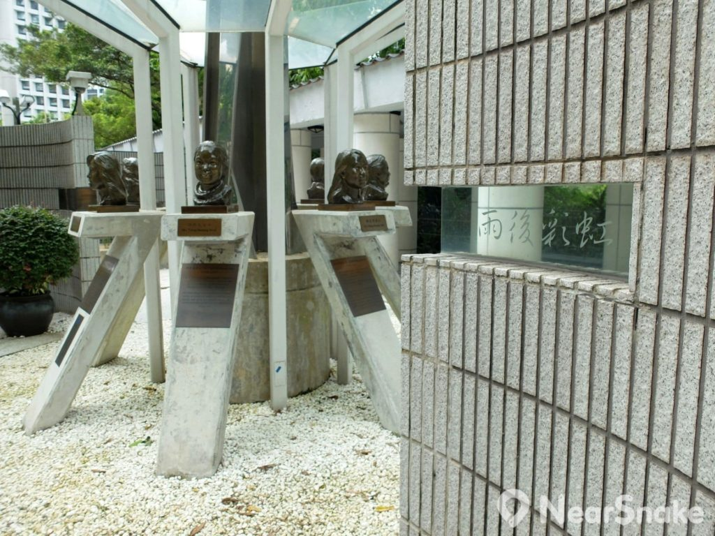香港公園: 太極園內有弘揚抗疫精神建築景觀,其中最矚目的當然是沙士期間英勇殉職醫護人員的銅製頭像。