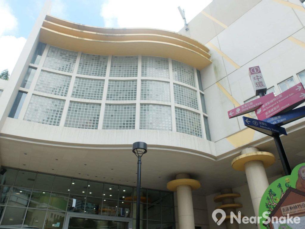 香港公園室內運動場擁有流線型的建築外觀。