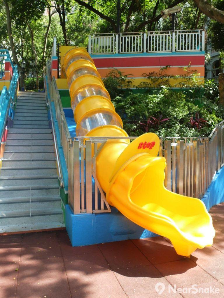 考慮安全度,香港公園的新滑梯以塑膠製作,並嚴格規定只許 5 至 12 歲小朋友使用。