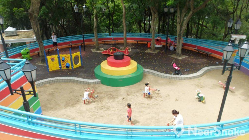 香港公園兒童遊樂場內的大沙池,可說是香港市區罕見的「玩沙勝地」!