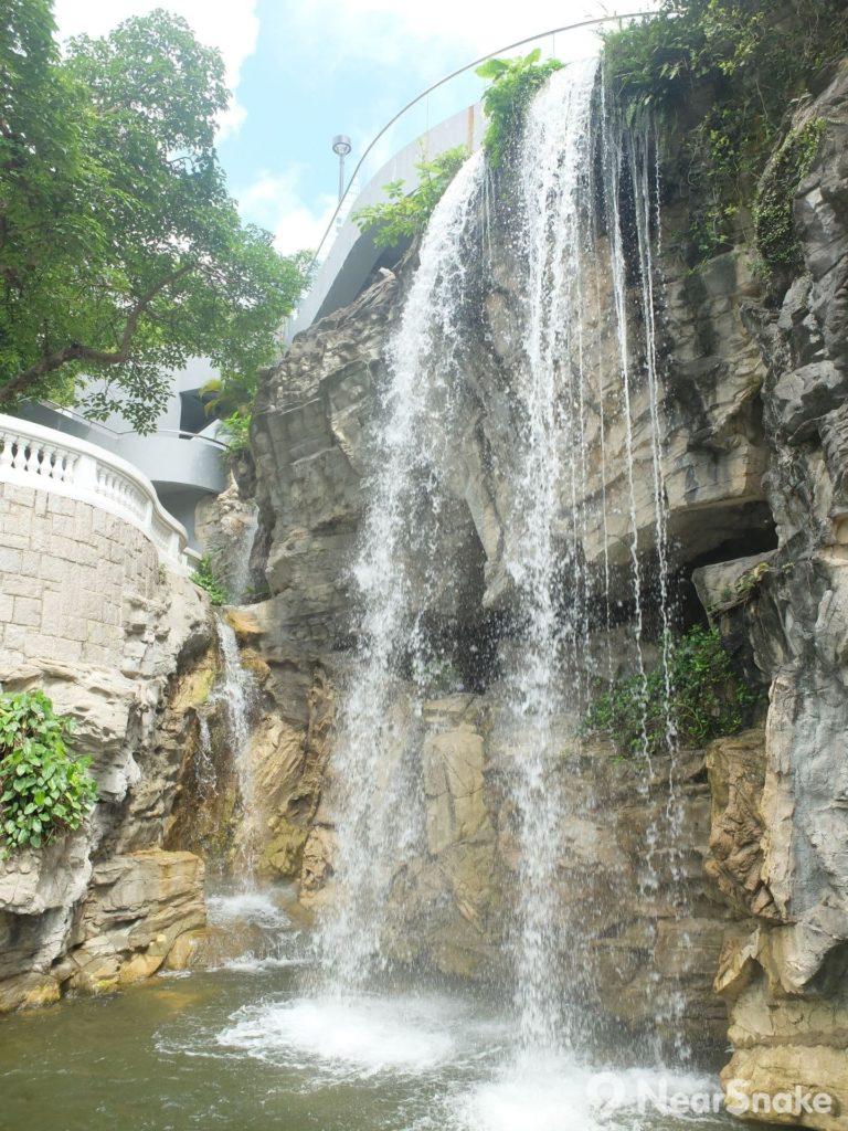 香港公園: 三、四層樓高的瀑布,壯觀是沒可能,但在香港中環的密集建築中聽著瀑布傳來的流水響,足已教人心曠神怡了!