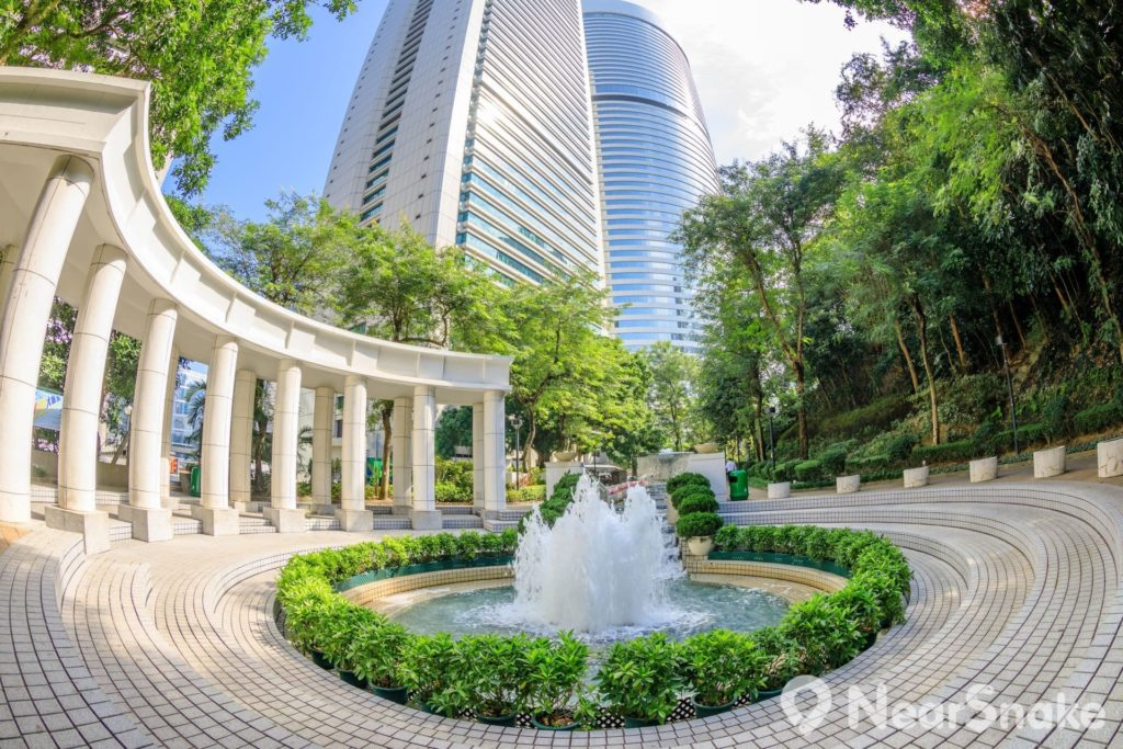 從金鐘太古廣場(Pacific Place)直接步行上來,便抵達香港公園的正門;步入正門後,便可看到公園內中央花園(Central Garden)的噴泉廣場。