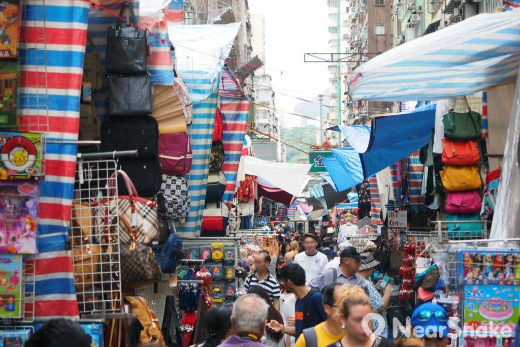 露天攤檔擺設在街道兩旁,女人街的中間通道任何時候都幾乎擠滿人潮。