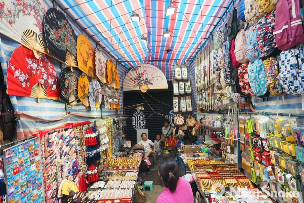 除衣服、手袋和日用品外,女人街上亦不乏攤檔販賣旗袍、中式撥扇、毛筆等富有中國色彩的產品。
