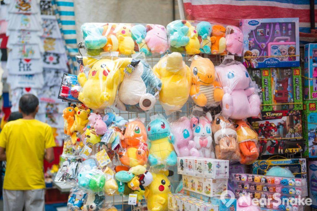 玩具也是露天攤檔熱門銷售商品之一,曾風靡一時的寵物小精靈(神奇寶貝/精靈寶可夢)玩具公仔在女人街上隨處可見。