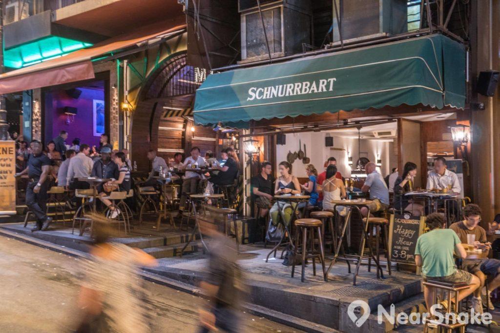 每逢到了夜晚,蘭桂坊便如聯合國般,聚集了來自世界各地的外國人。