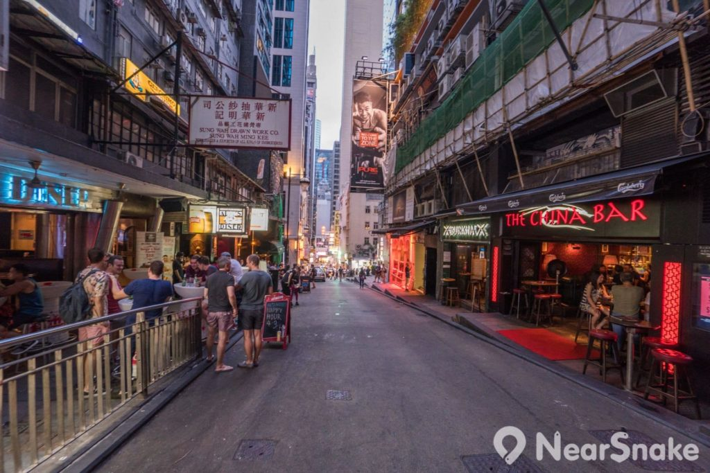 蘭桂坊這條斜坡於 1993 年 1 月 1 日曾發生香港最嚴重的人群踩踏事故,稱作「蘭桂坊慘劇」,釀成 21 死 62 傷。此後,香港警務處遂於大型節慶地點採取人群管制措施。