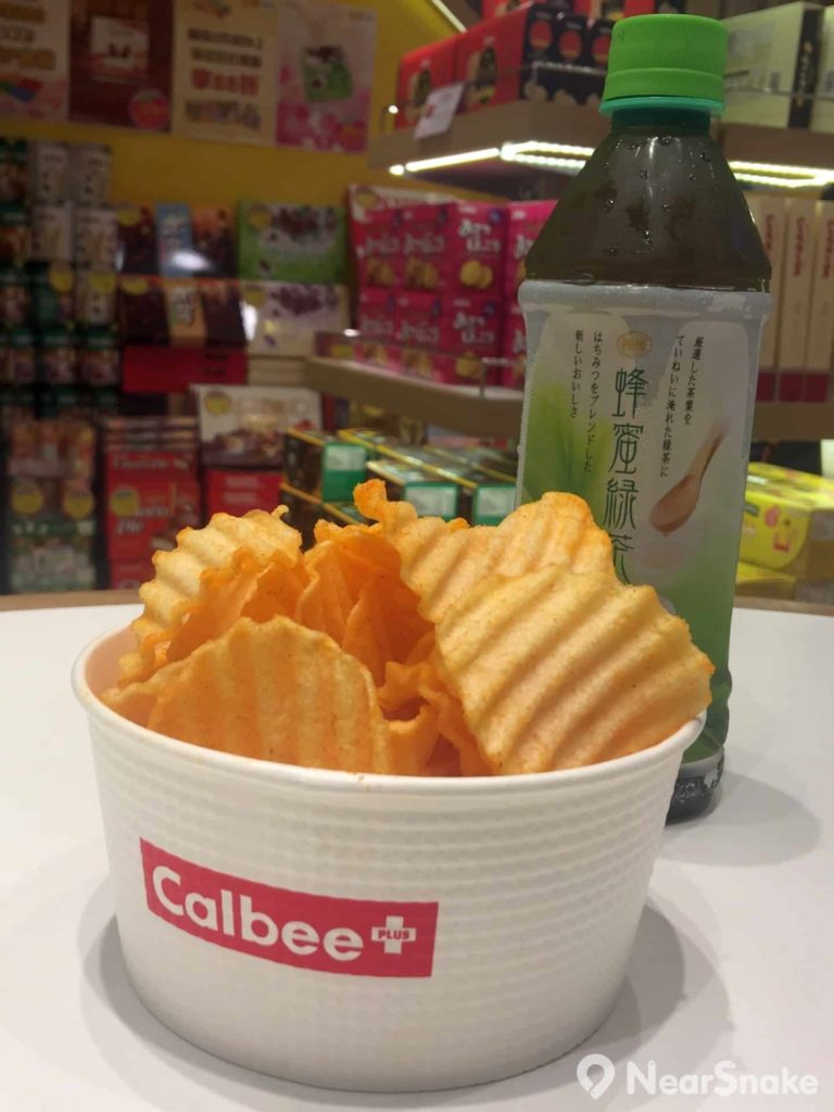 Calbee Plus 店內可買到即炸薯片,推介自然是香港限定的「避風塘」味,不過真的很辣喔!