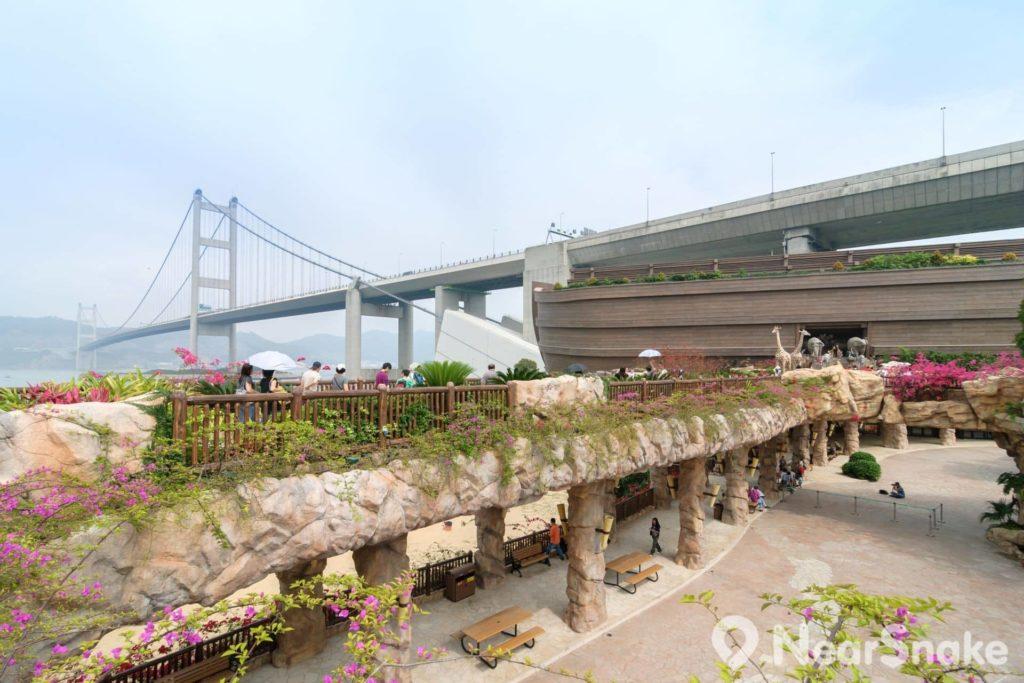 香港挪亞方舟與青馬大橋互相輝映,坐擁寬闊的海洋景緻。