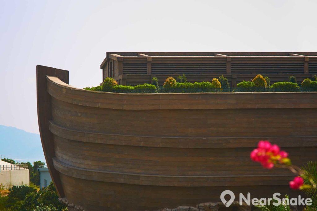 香港挪亞方舟高 5 層,頂層為挪亞度假酒店,並設有平台花園,可讓人飽覽青馬海景。
