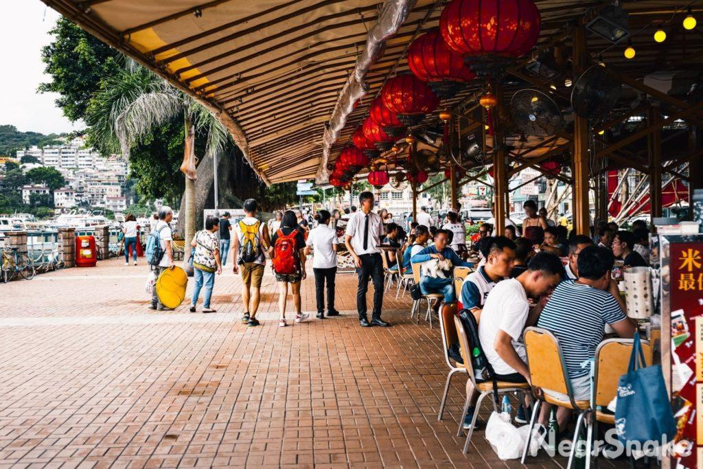 遊客可安坐於臨海的露天食肆,飽嚐一頓豐富的海鮮大餐。