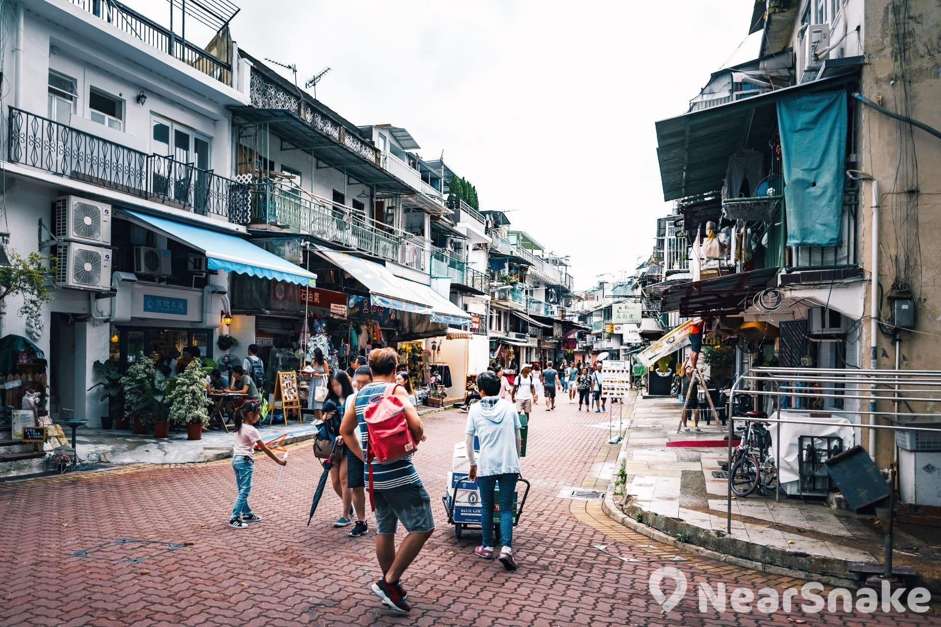 大家鑽進西貢市的小巷遊走,可看到民眾輕鬆地在街頭散步,又或坐在街邊的太陽傘下品嘗咖啡和看書,四周充滿著閒適的小鎮風情。