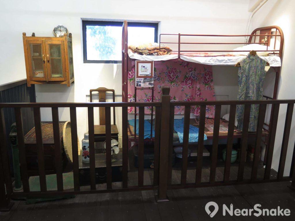 石家屋園: 文物探知中心二樓是石屋房間的模擬情景,展現昔日香港家屋的傢俱擺設與日常用品。