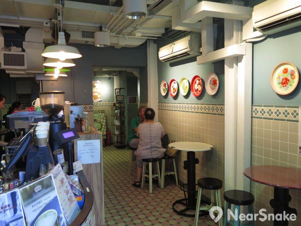 石屋咖啡冰室內以老香港生活的物品為裝飾,設計上極有心思。