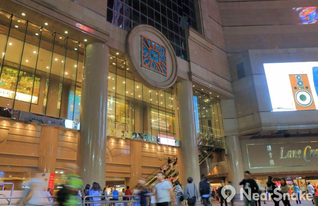 銅鑼灣時代廣場的正門可說是名副其實的「門庭若市」。