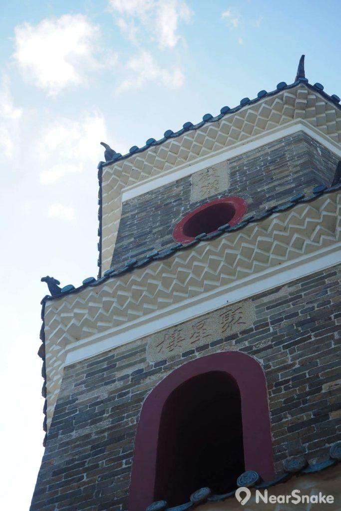 聚星樓由青磚建成,每層皆設有門或窗,以及吉祥題字。