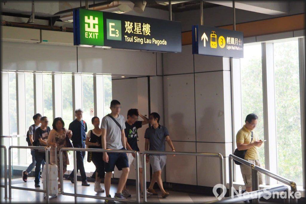 從港鐵天水圍站 E3 出口步出,根據沿途的指示牌,步行約 3 分鐘即可抵達聚星樓。