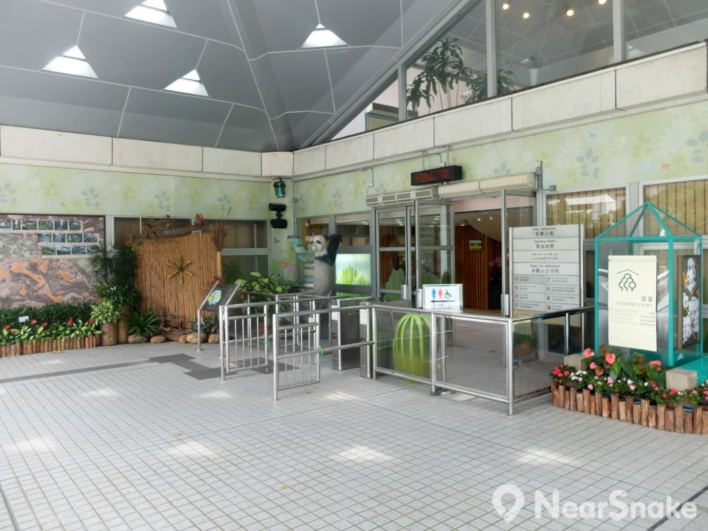 尤德觀鳥園入口處設有展板,闡述熱帶雨林的結構和生態,以及園內的雀鳥群落。