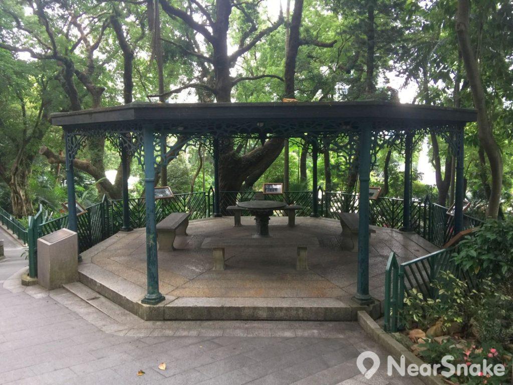不要看輕這個涼亭,有香港動植物公園便有它,期間只有亭頂曾作出修建,地台完全是保存舊貌,所以涼亭被當作小型的舊照片展覽館,讓遊人可看一睹公園昔日的珍貴照片。