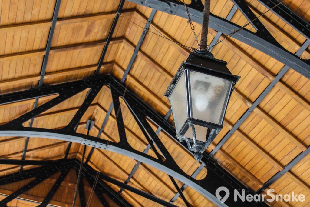 赤柱卜公碼頭內的燈亦用上舊式燈罩設計。