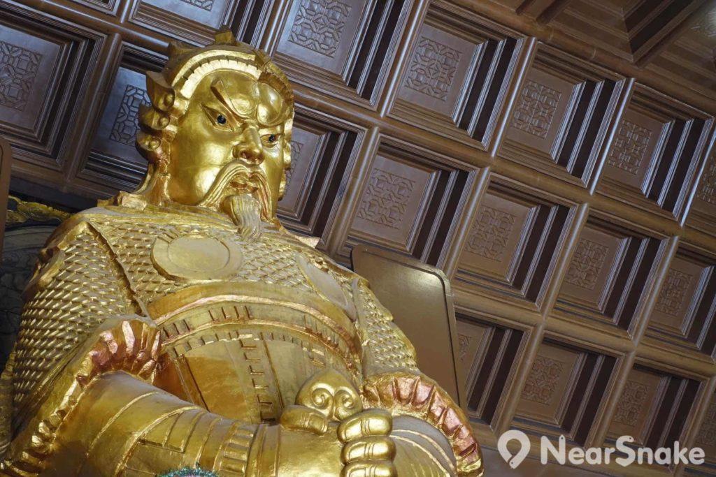 廟內的車公像相當有威嚴,鎮守廟內的中央位置,接受善信供奉。