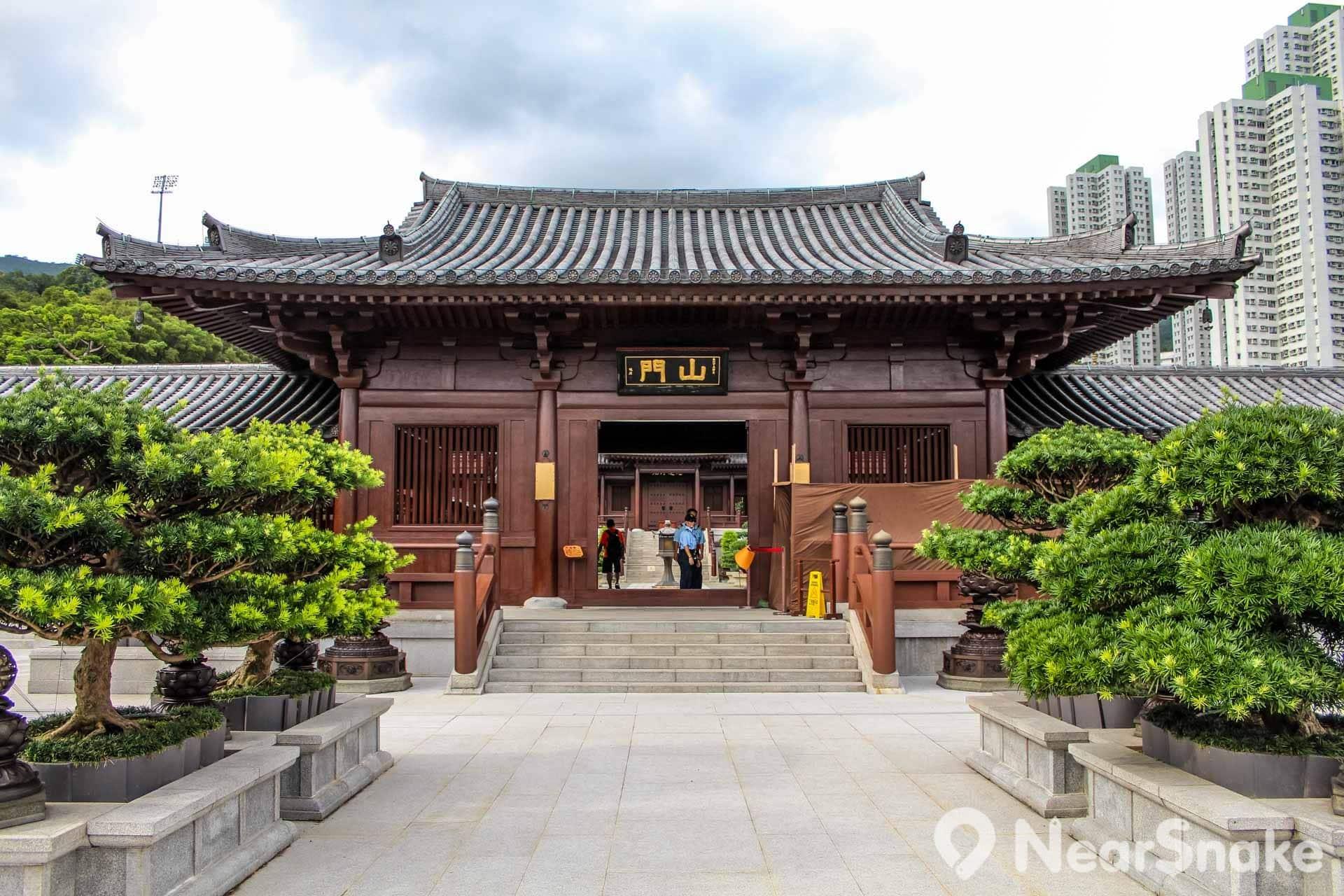 志蓮淨苑設三個大門,分別是山門、東門及西門,其中山門又稱作「三門」,即三解脫門之意。