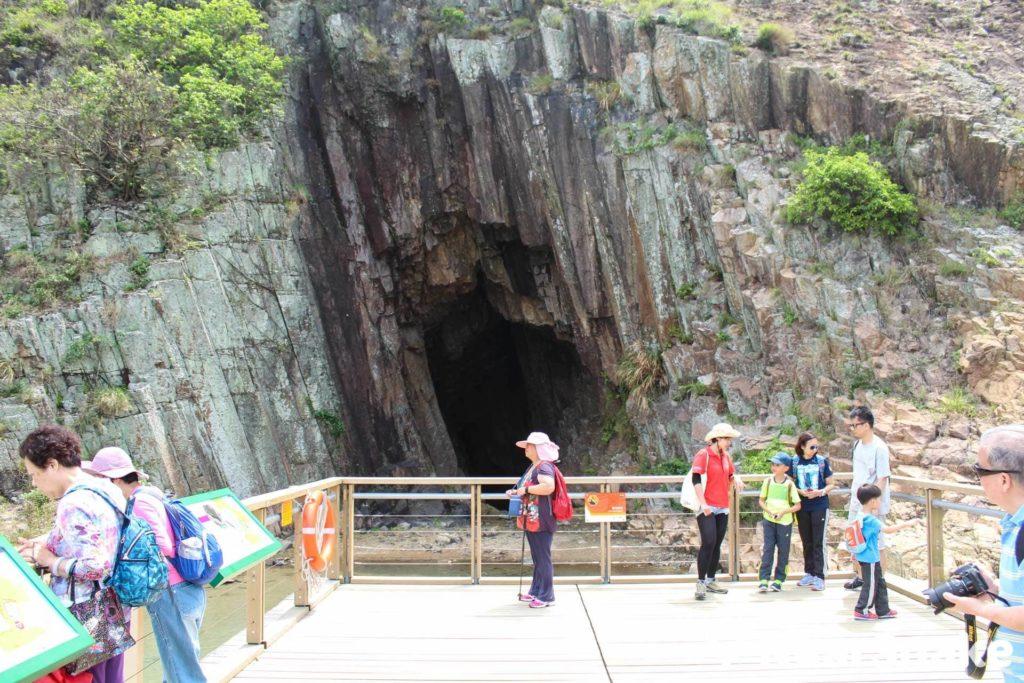 搭建木橋後,遊人可近距離觀賞海蝕洞,不用再冒險涉水而行。