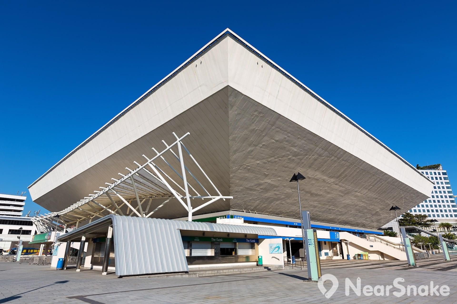 香港體育館外形上闊下窄,仿如鑽石或倒轉的金字塔,頗具特色。