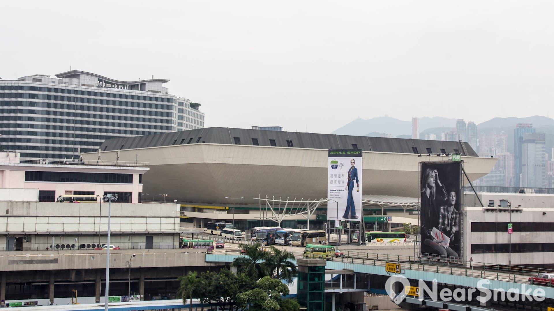 香港體育館位於港鐵紅磡站平台上,交通非常便利。