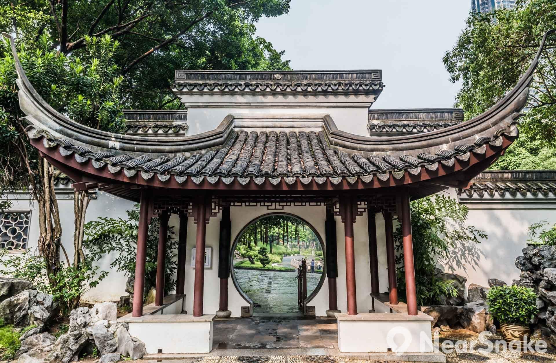 九龍寨城公園建築古色古香,很難想像曾是罪犯匿藏的不法之地。