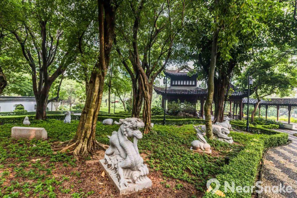 十二生肖石像點綴九龍寨城公園的園林。