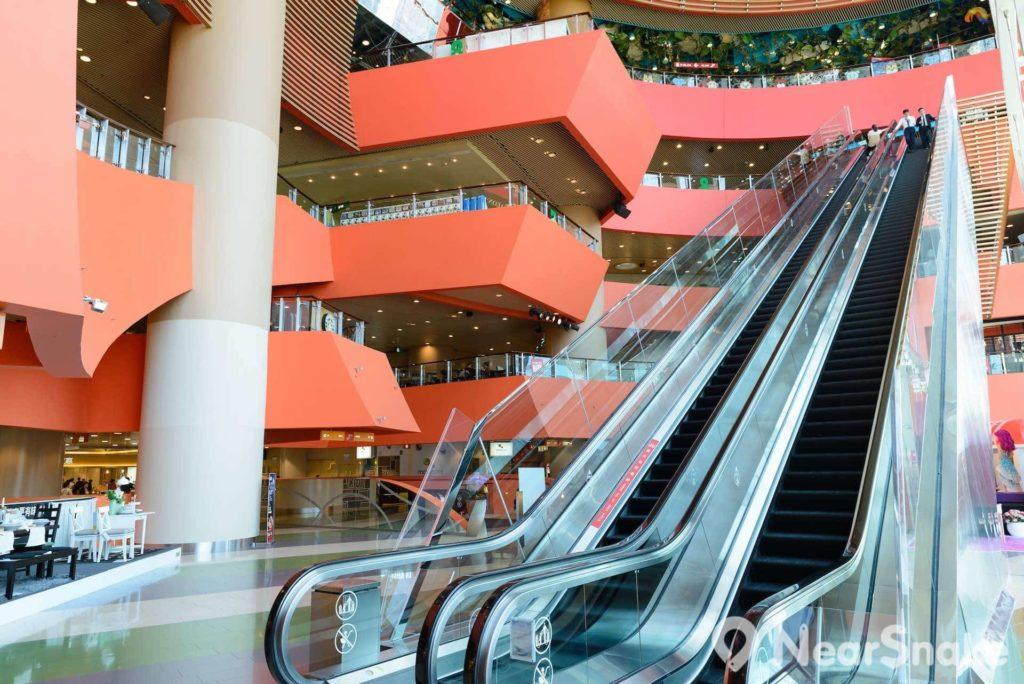 位於 MegaBox 5 樓的中庭,有一道通往 8 樓的快速扶手電梯。