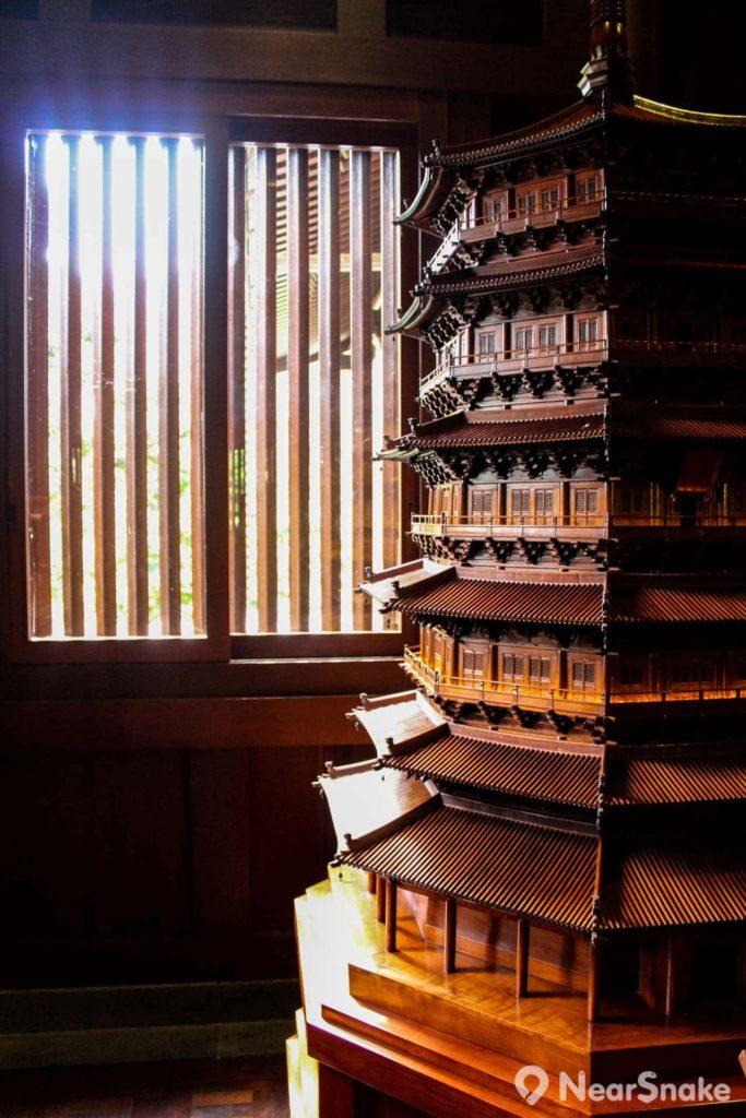 中國木結構建築藝術館內展出藝術展品,介紹古代的木建築設計。