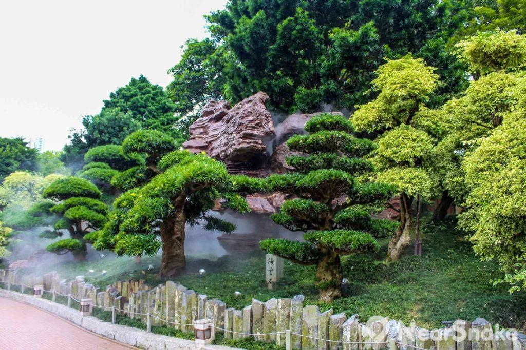 園內種植大量花木柏槐,人工噴灑的霧水增添一份詩意。