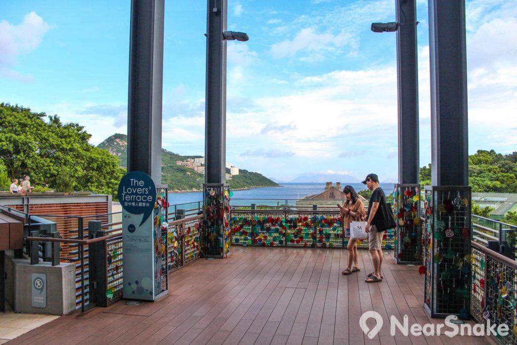 廣場高層的空中情人觀景台,仿照外國景點設置情人鎖欄杆。