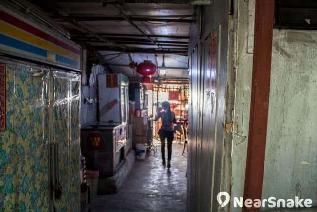渡頭灣村的原住民過著簡樸的生活,不少人都是前舖後居,經營士多、提供燒烤設備等。