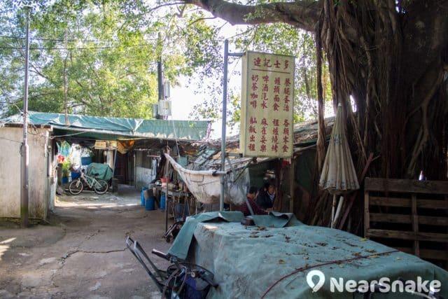 渡頭灣村內士多除了售賣飲品食物,亦有麻雀、舢舨和燒烤用品出租。